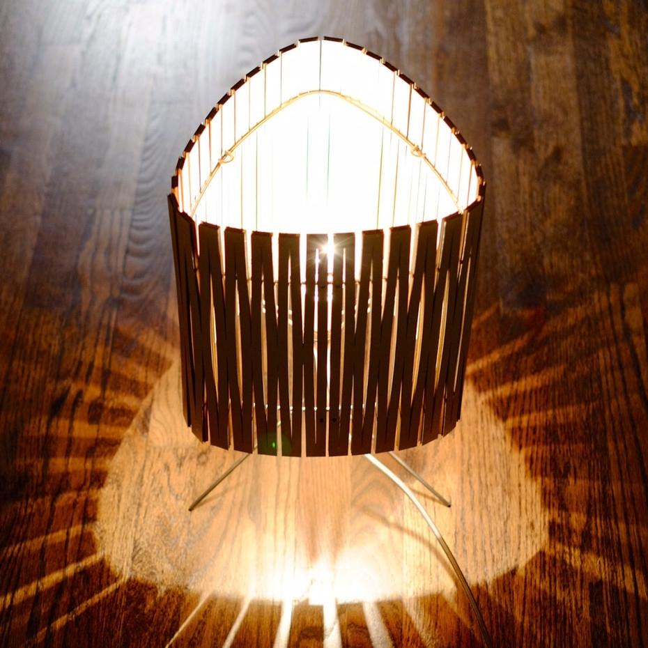 lampe poser contemporaine en bois kerflight disponible en plusieurs couleurs. Black Bedroom Furniture Sets. Home Design Ideas