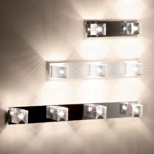 Modèle deux et quatre ampoules : finition chrome. Modéle trois ampoules : finition blanche