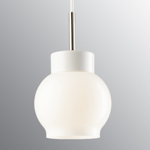 Sobre suspension scandinave en céramique blanc, avec diffuseur opaque opale et câble textile blanc