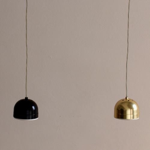 Suspensions avec finition en noir et en or, avec ampoules LED