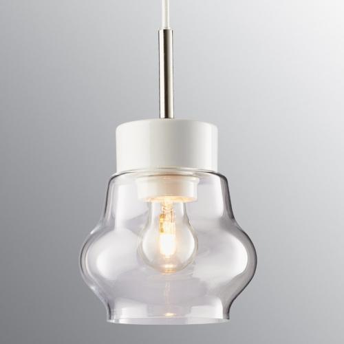 Suspension scandinave en céramique blanc avec diffuseur en verre transparent et câble blanc